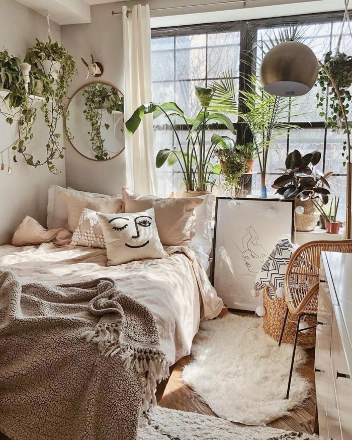 décoration chambre à coucher adulte photos inspirantes, aménagement petite pièce de style urbain jungle avec meubles rotin