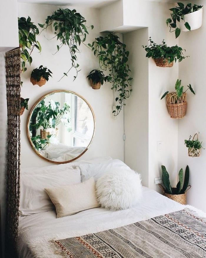 idée déco chambre adulte d'esprit urbain jungle, exemple comment décorer une petite pièce boho chic avec plantes sur les murs