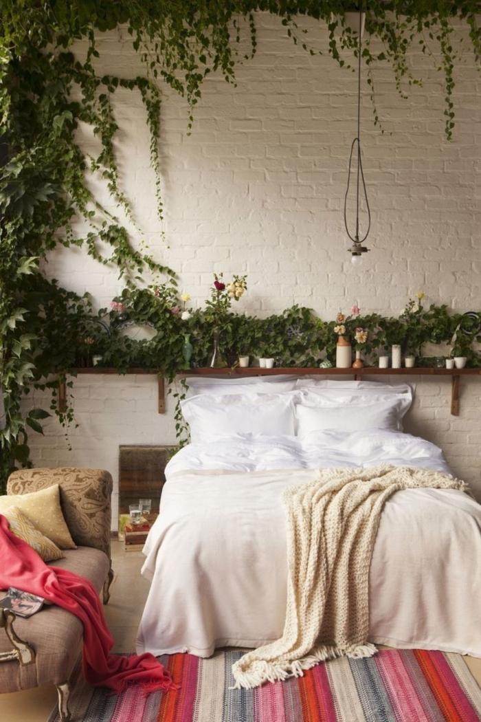 idee deco chambre adulte zen à réaliser soi-même avec des fleurs grimpantes sur les murs en revêtement de briques blanches
