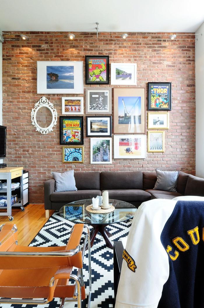 Salon mur en briques décoré de photos et art, cadre pele mele photo, quelle porte photo choisir pour sa chambre