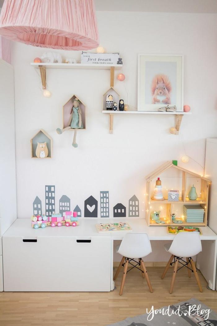 Lustre rose en tissu idée maison de poupées en bois les meileures idées peinture chambre fille, idée chambre fille rose et gris