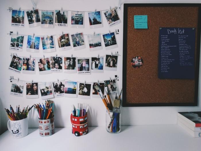 comment personnaliser son bureau étudiant avec accroche photo DIY, modèle de guirlande fait maison avec photos