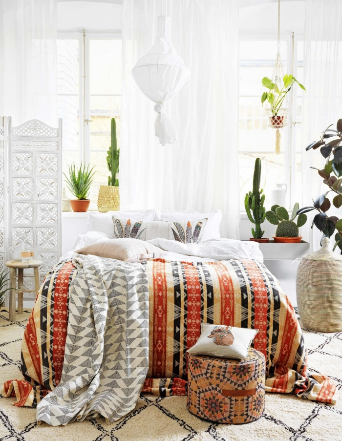 inspiration chambre exotique en blanc aménagée avec meubles bois et objets déco tressés, quelle plante pour chambre
