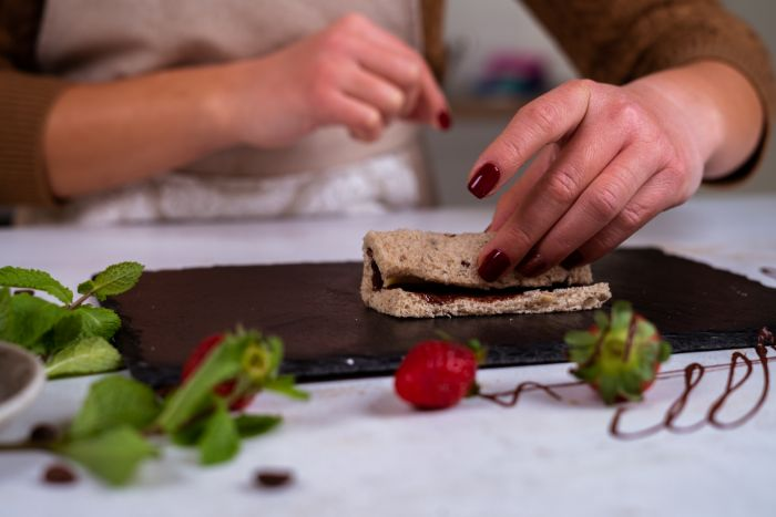 comment faire un roulé de pain de mie tartine chocolat avec banane, idee de petit dejeuner en famille