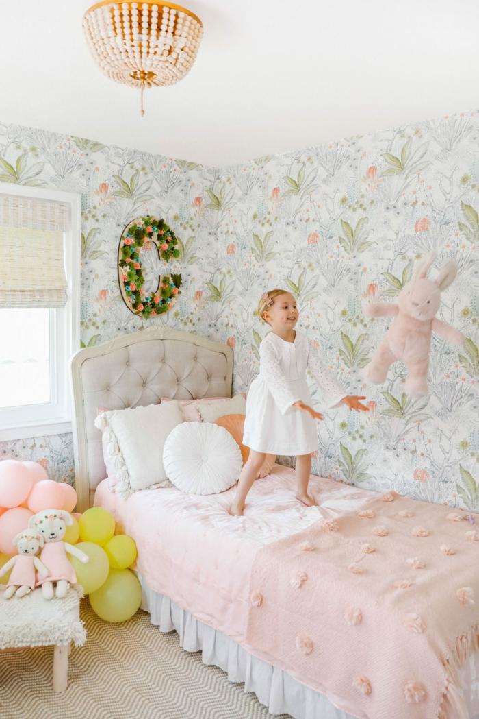 Papier peinte fleurie lit rose et gris, fille en robe blanche adorable idee deco chambre bebe fille, inspiration decoration chambre fille