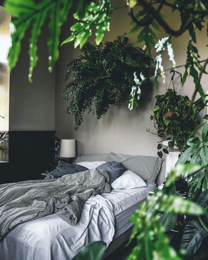 idée déco chambre parentale d'esprit nature en gris et vert, aménagement petite pièce adulte aux murs gris clair avec plantes