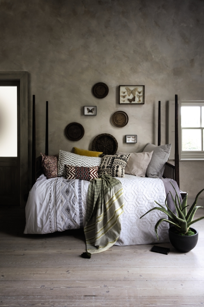décoration de chambre d'esprit boho chic, design chambre aux murs gris béton avec décoration de coussins en couleurs nature