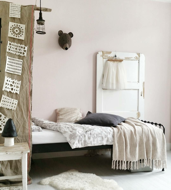 Lit pour enfant mur rose pale chambre gris et rose, deco chambre bebe fille ou chambre bébé mixte