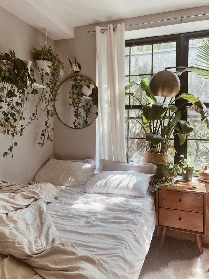 décoration chambre à coucher d'esprit nature en couleurs neutres, idée comment aménager petite pièce de style urbain jungle