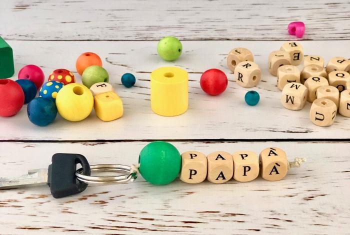 exemple de cadeau fête des pères original à faire soi-même, bricolage porte-clé avec perles de bois alphabet à message papa