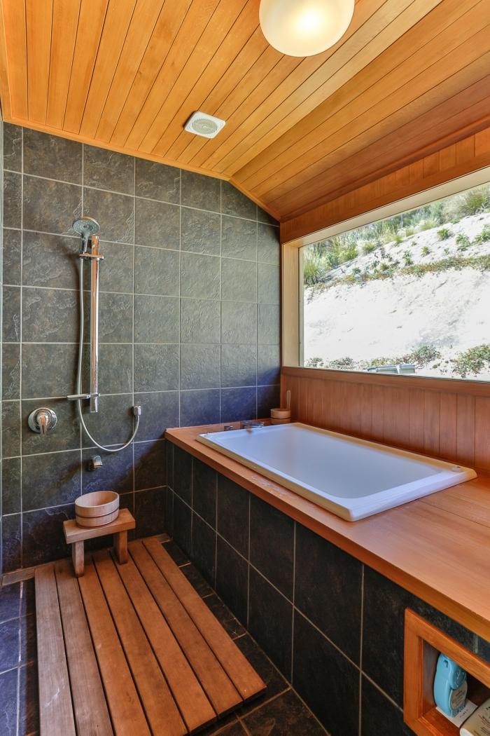 design salle de bain bois et gris, agencement salle de bain avec petite baignoire et douche, modèle de tapis de bain en bois