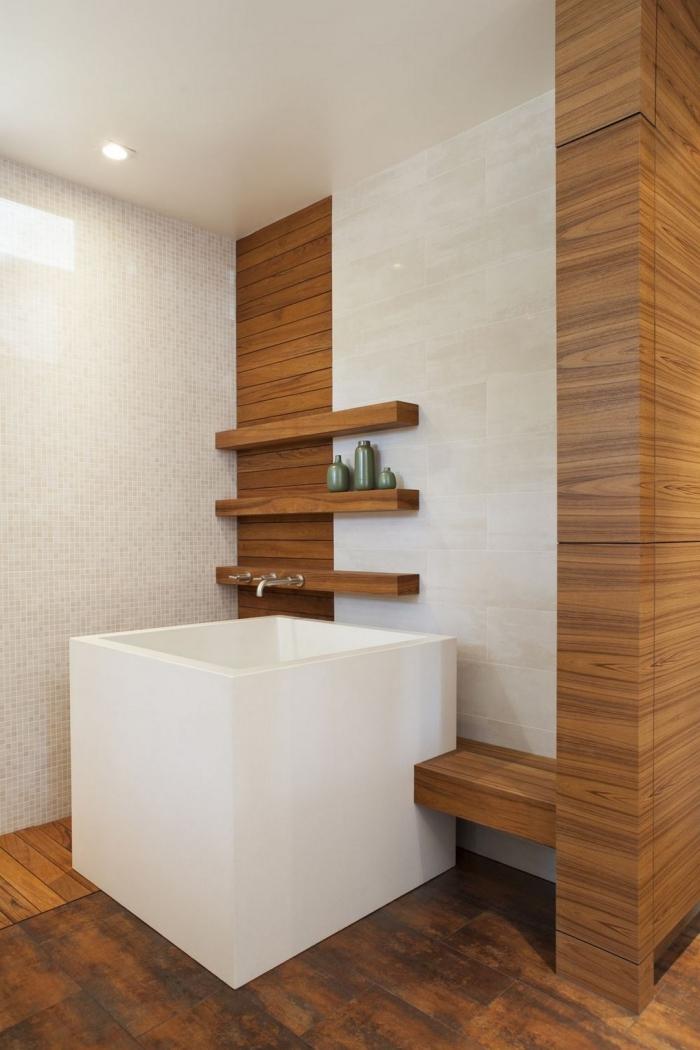 comment décorer une salle de bain bois et blanc de style asiatique, design petite salle de bain avec baignoire autoportante