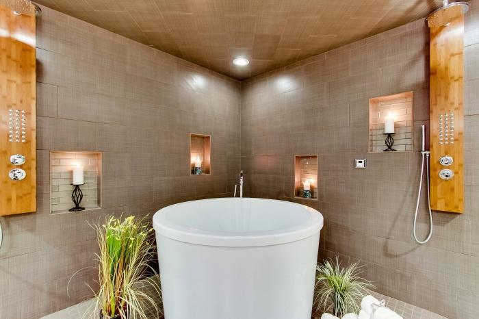 salle de bain zen décorée en couleurs neutres avec accents bois, agencement salle de bain avec petite baignoire blanche