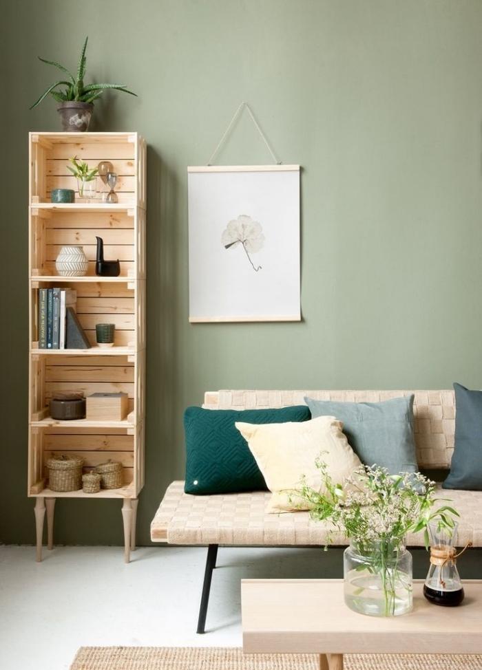 diy etagere palette ou cagettes de bois, décoration de salon aux murs vert menthe avec meubles en bois clair fait maison