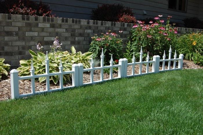 mini cloture de bois blanchi pour bordure pelouse elegant, idee deco jardin originale a recycler