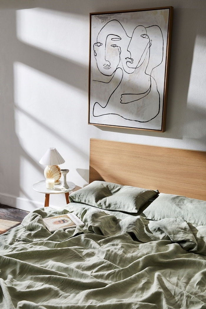 deco chambre parentale de style nature et mimaliste, idée comment décorer un lit cocooning moderne avec linge de lit en vert kaki