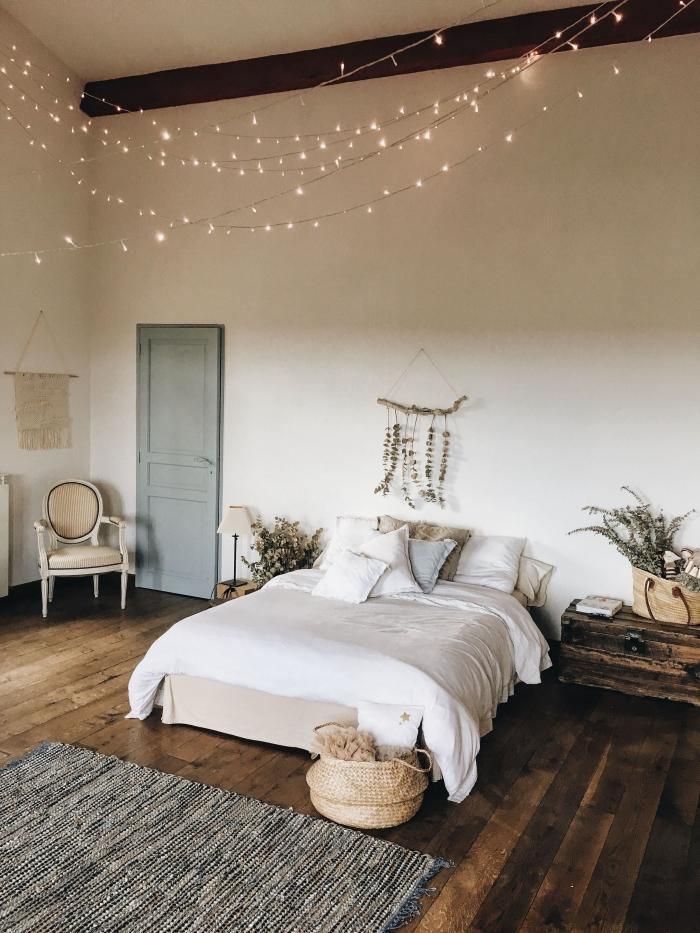 comment décorer sa chambre d'esprit boho moderne, design pièce blanche avec poutres bois foncé apparentes et parquet bois