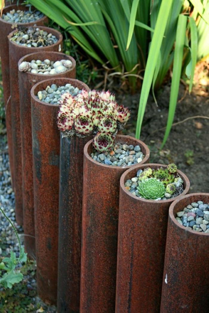 recyclage de tubes de métal avec gravier et succulents dans les interstices pour realiser une idee bordure jardin recup originale