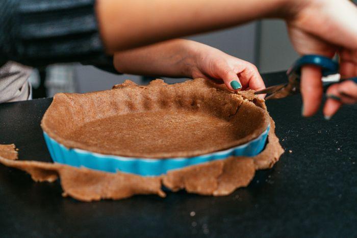 placer la pâte à tarte sans fluten au fond d une plaque à tarte et couper l excès, idee voyage culinaire, recette de tarte aux pommes américain