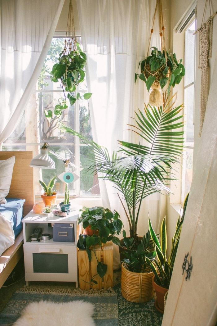 deco chambre adulte d'esprit jungalow, design chambre à coucher avec grandes fenêtres aménagée avec meubles en bois