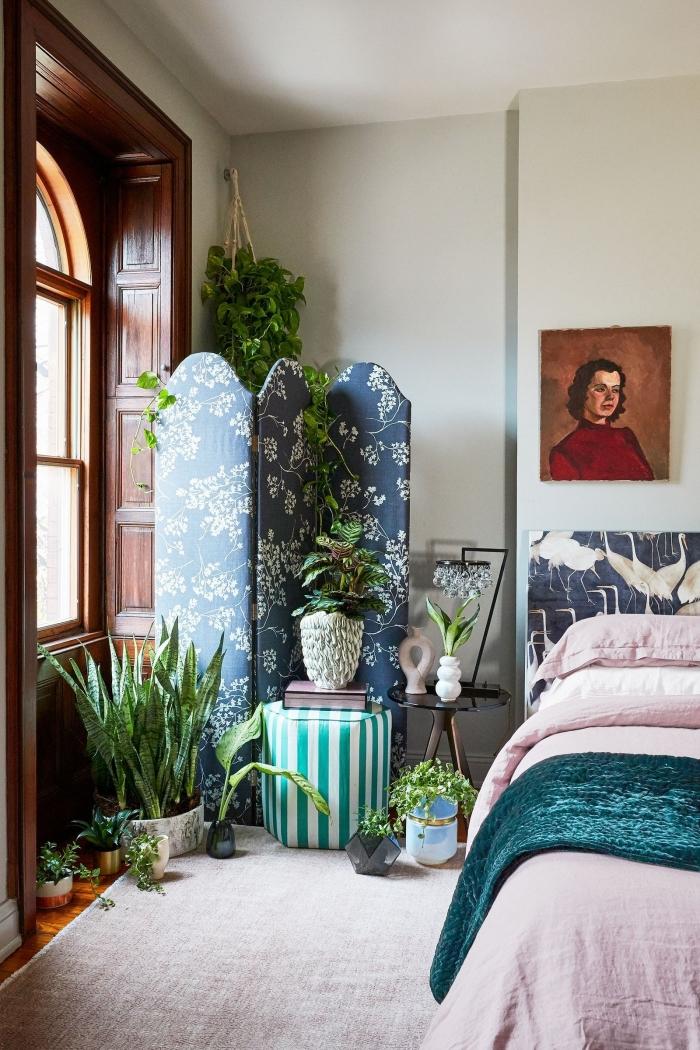 chambre adulte deco exotique avec plantes, design chambre blanche avec grosse fenêtre bois et paroi décoratif en bleu foncé