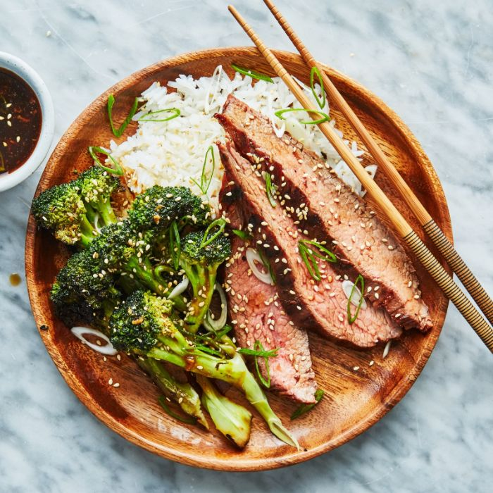 soirée barbecue à organiser soi meme, idee repas barbecue boeuf grillée à l asiatique avec du riz collant et brocolis à la sauce