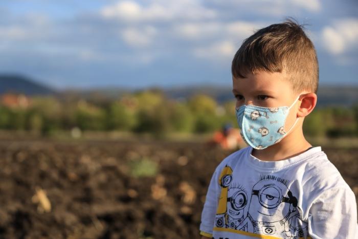 DIY masque maison visage d'enfant, modèle de masque en tissu fait maison avec tissu en coton 100% à design ludique