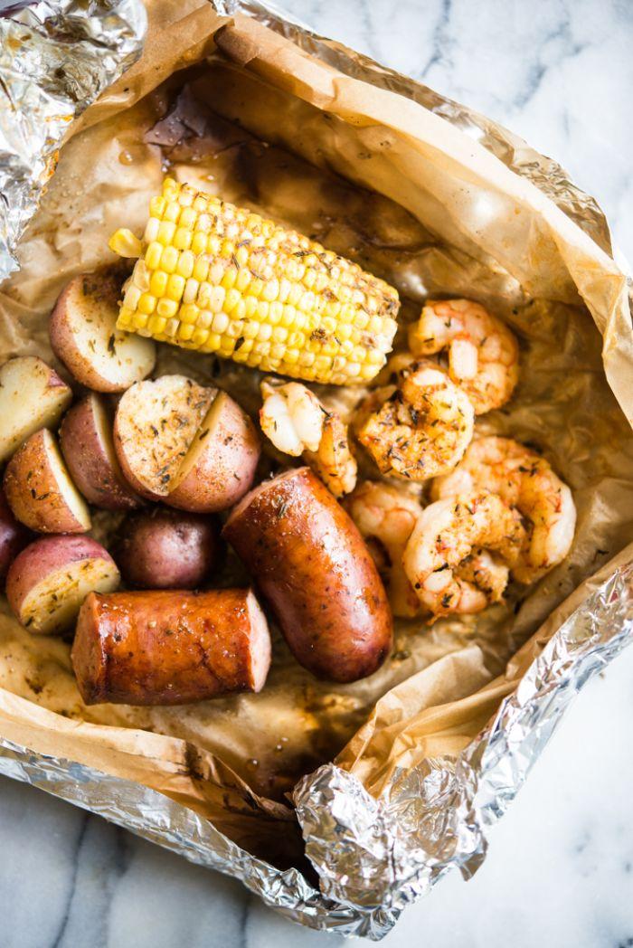 recette crevettes en papillote à la saucisse, patates rouges et mais grillés au barbecue, recette barbecue simple