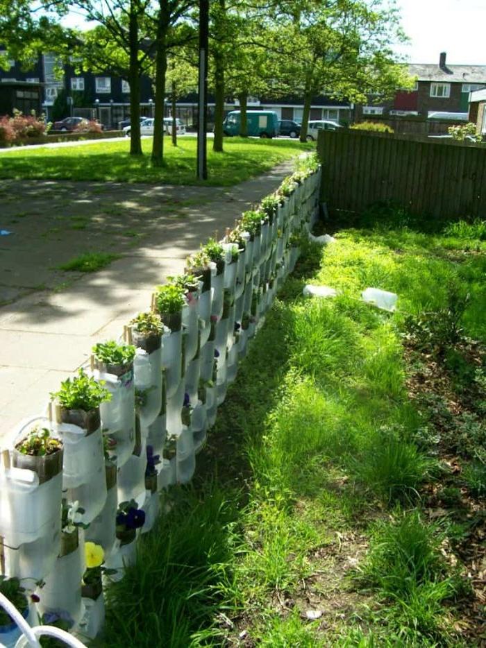 recylage bouteilles en plastique pour fabriquer jardinieres e plastique avec des plantes vertes a l interieur