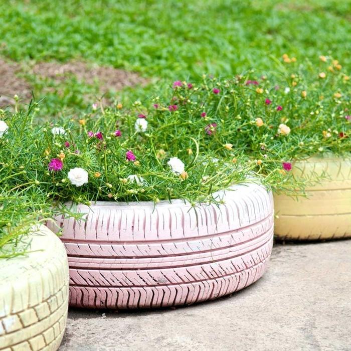 pneu recyclé en transformée en jardiniere diy recup qui sert de bordure exterieur original