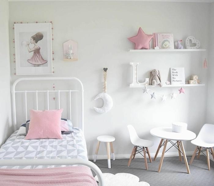 Lit blanc en fer idée peinture chambre fille, idée déco chambre bébé pour les petits étoile rose coussin miniature
