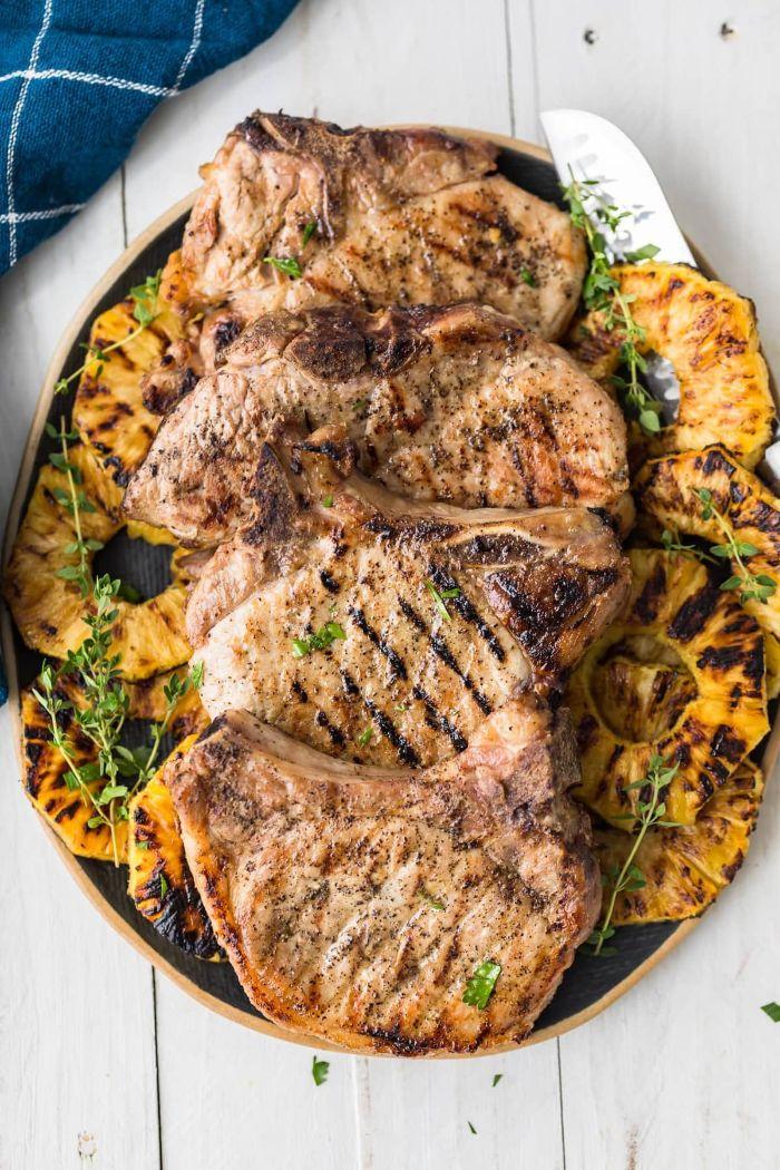 quelle viande pour barbecue, idée de cotelettes de porc servis avec recette accompagnement barbecue simple de tranches d ananas