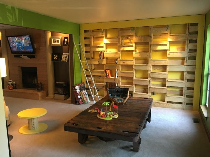 comment décorer un mur avec rangement en bois recyclé, idée de meuble en palette facile à faire et à petit budget
