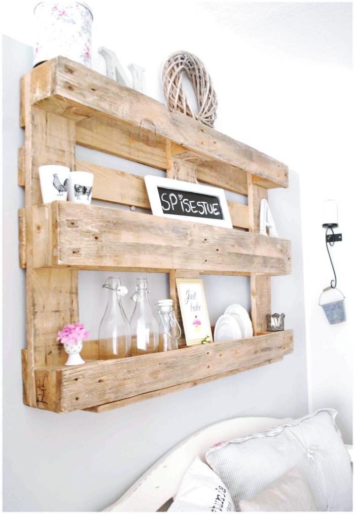idee palette recyclé pour décoration murale originale, DIY étagère en palettes recyclés à faire soi-même, meuble fait maison à petit budget