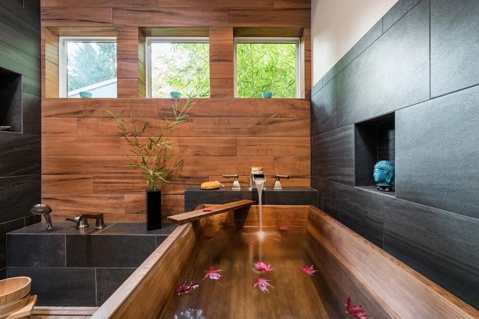 design intérieur moderne de style asiatique, idée de décoration de baignoire japonaise bois avec pétales de fleurs roses