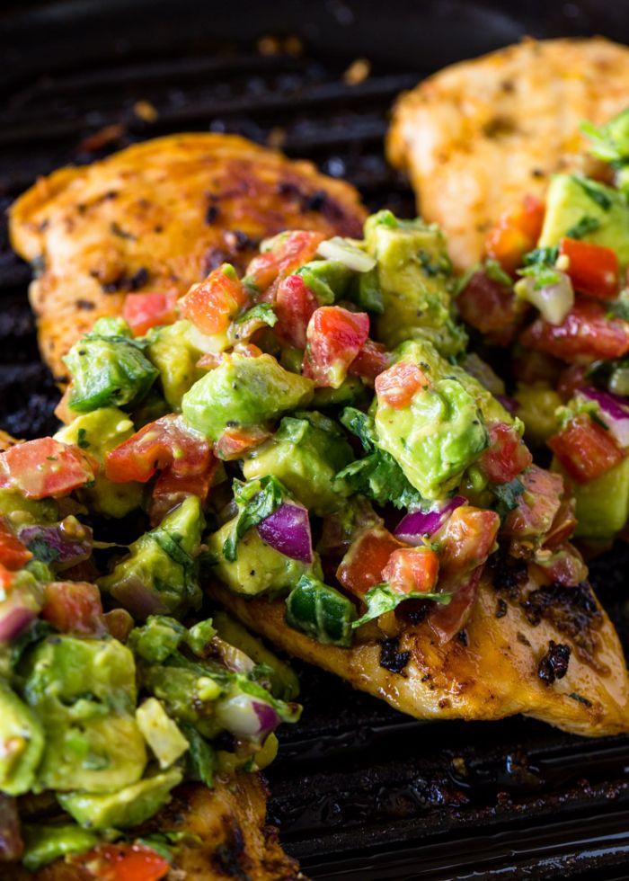 accompagnement froid pour barbecue constitué de salsa d avocat, tomates, oignons, poivrons sur blancs de poulet