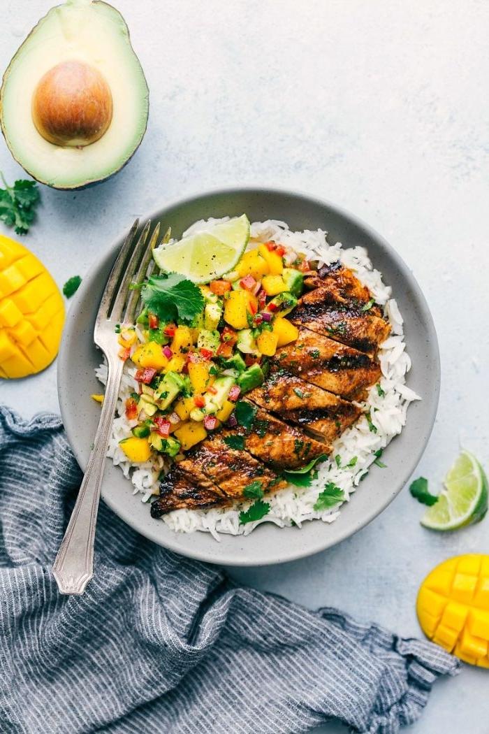 idée de barbecue originale, blanc de poulet grillé au barbecue avec du riz et salsa avocat et mangue