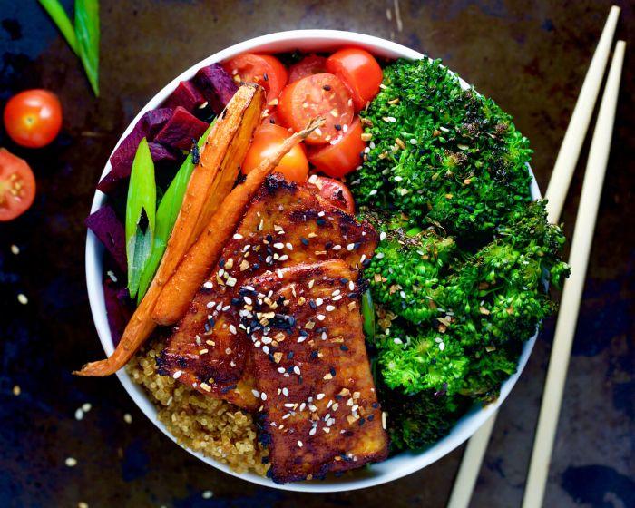 salade composée originale des pavés de saumon marinés grillés aux brocolis, carottes, quinoa, tomates cerise et betteraves, recette poke bol