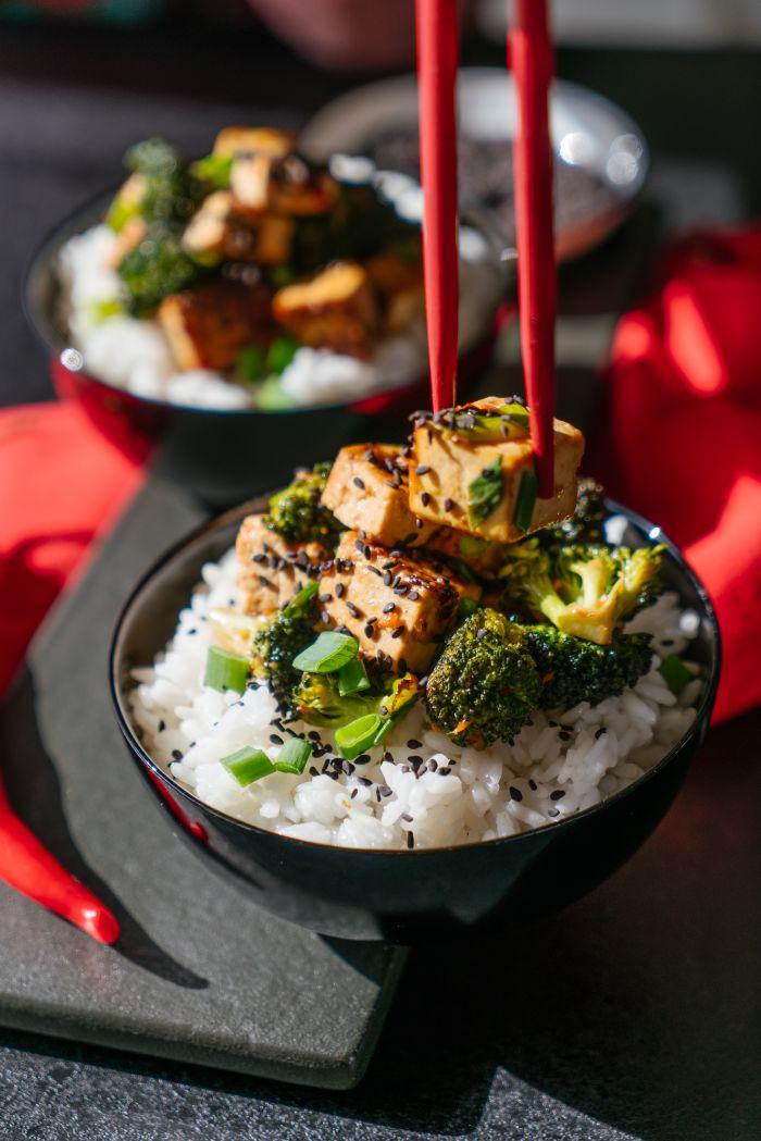 idée repas de midi original, tofu soyeux aux brocoli servi sur du riz collant dans un bol, repas leger et rapide