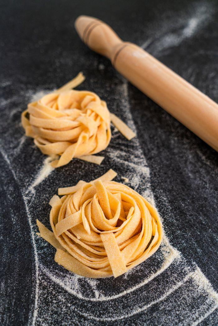 pate maison a faire soi meme facon tagliatelle sams machine, idee cuisine confinement repas du soir en famille