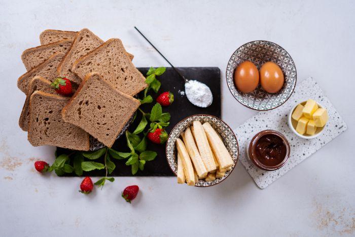 ingrdedients necessaires, oeufs pain de mie, banane et chocolat pour faire des roulés de pain de mie comme petit dejeuner rapide