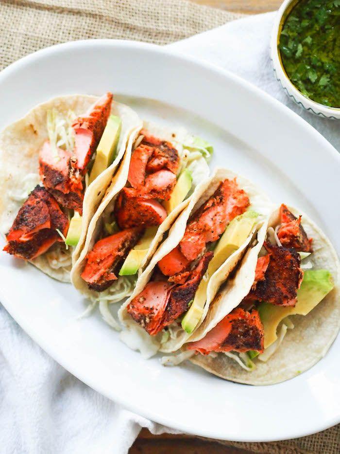 idée tacos maison au poisson avec du saumon mariné grillé avec avocat et germes, idee repas barbecue