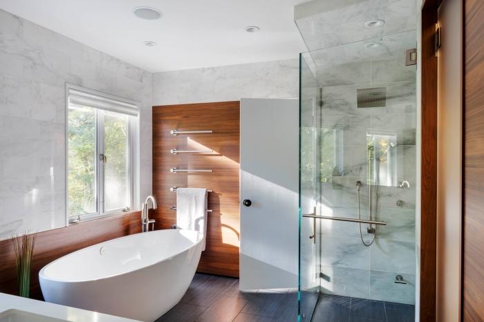 modèle de baignoire sabot blanc dans une salle de bain décorée en couleurs neutres blanc et gris avec accents en bois