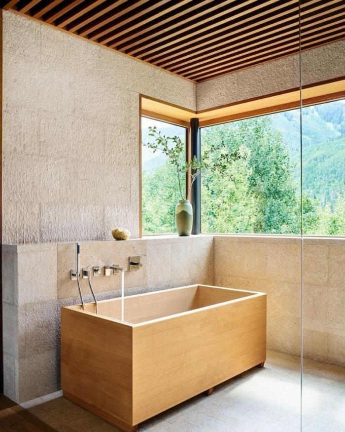 quel revêtement de plafond pour une salle de bain nature, décoration petite salle de bain avec baignoire en bois japonaise