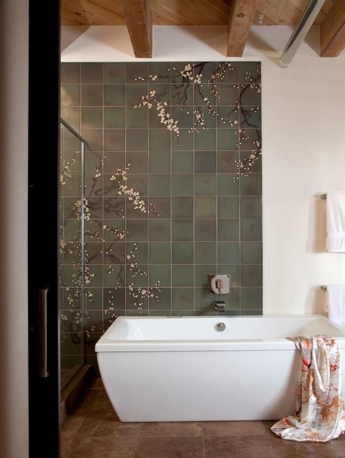 quel carrelage pour les murs dans une salle de bain asiatique, idée de déco inspiration japonaise avec baignoire autoportante