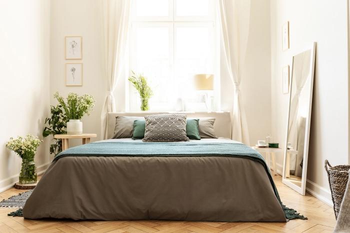 quelles couleurs associer au gris dans une deco chambre parentale relaxante, design chambre adulte en couleurs neutres avec plantes