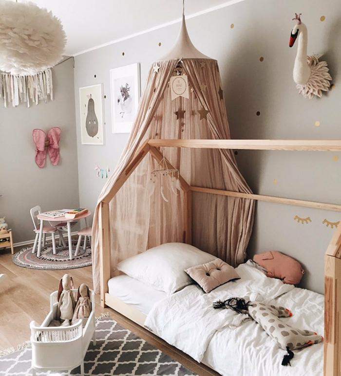 Lit pour bébé avec rideau rose thème chambre bébé, peinture chambre fille, inspiration aménagement