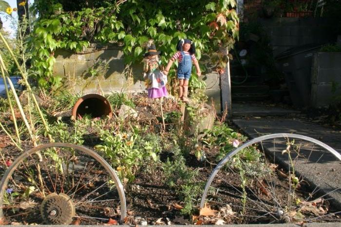 comment reutiliser des roues de bicyclette dans son jardin pour separer une plate-bande et decorer son jardin