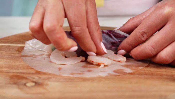ajouter les crevettes au rouleau, exemple technique pour faire rouleaux de printemps recette pour amuse bouche apéritif facile