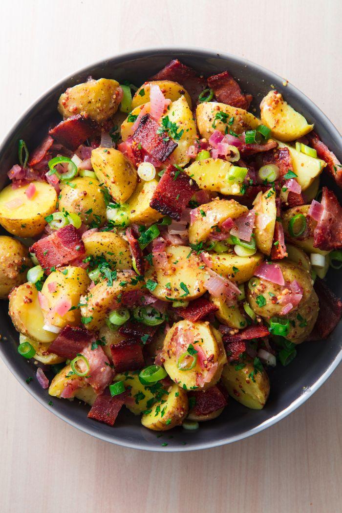 salade aux pommes de terre au bacon et oignons assaisonée, idée recette accompagnement barbecue traditionnelle
